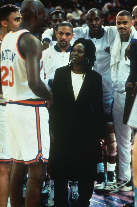 Sie hat allen gezeigt, dass auch eine Frau imstande ist, eine Basketball-Mannschaft zu führen: Couch Eddie (Whoopie Goldberg, M.) ... - Bildquelle: Myles Aronowitz Buena Vista Pictures