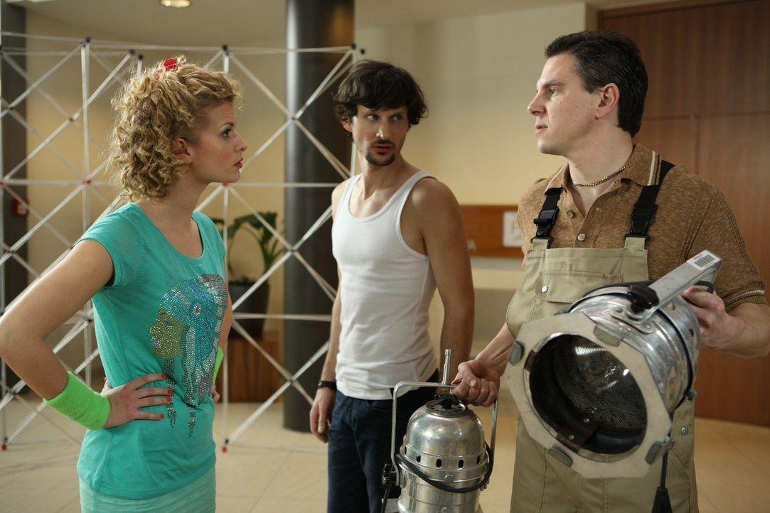 Rike (Theresa Underberg, l.) kann es nicht fassen, dass Klaus (Daniel Keberle, r.) sich im Hotel für die Stelle des Haustechnikers beworben hat ... - Bildquelle: Petro Domenigg SAT.1