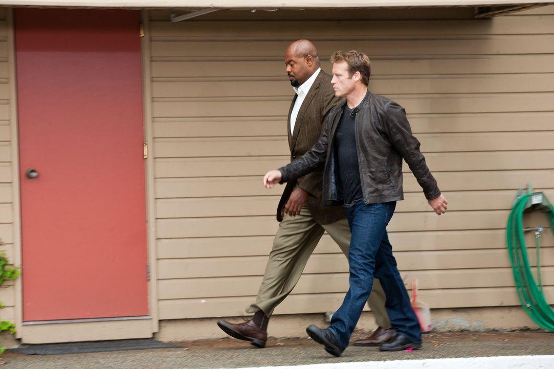 Die nächste Mission steht an: Chance (Mark Valley,r.) und Winston (Chi McBride, l.) ... - Bildquelle: 2011  Warner Bros.
