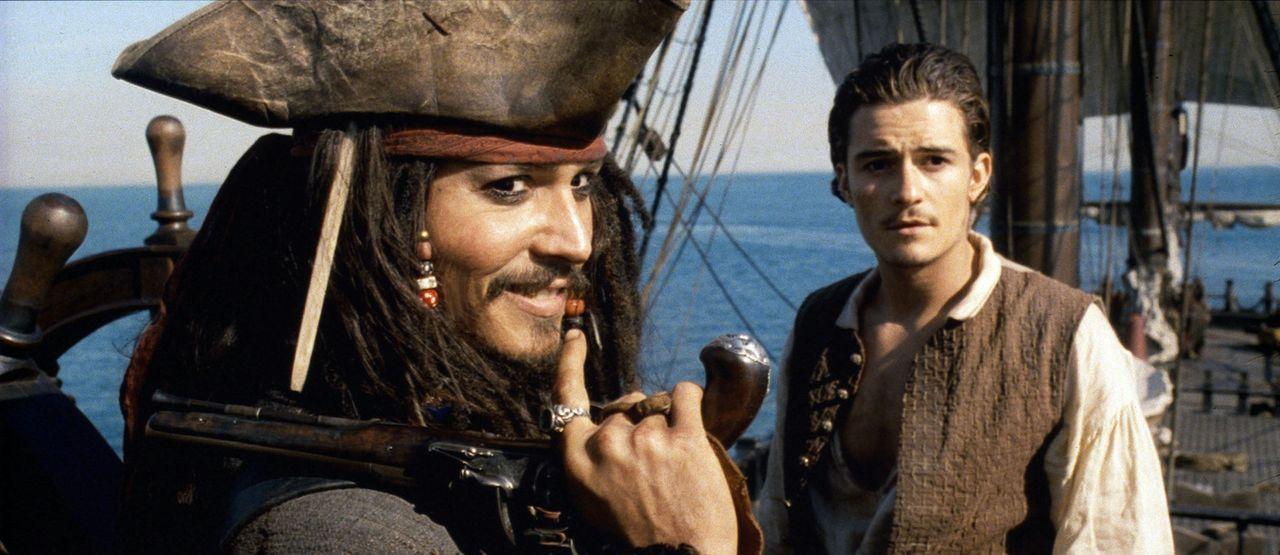 Als Elizabeth von Barbossas Männern verschleppt wird, tut sich Will (Orlando Bloom, r.) mit dem Piraten Captain Jack Sparrow (Johnny Depp, l.) zusam... - Bildquelle: Disney/ Jerry Bruckheimer