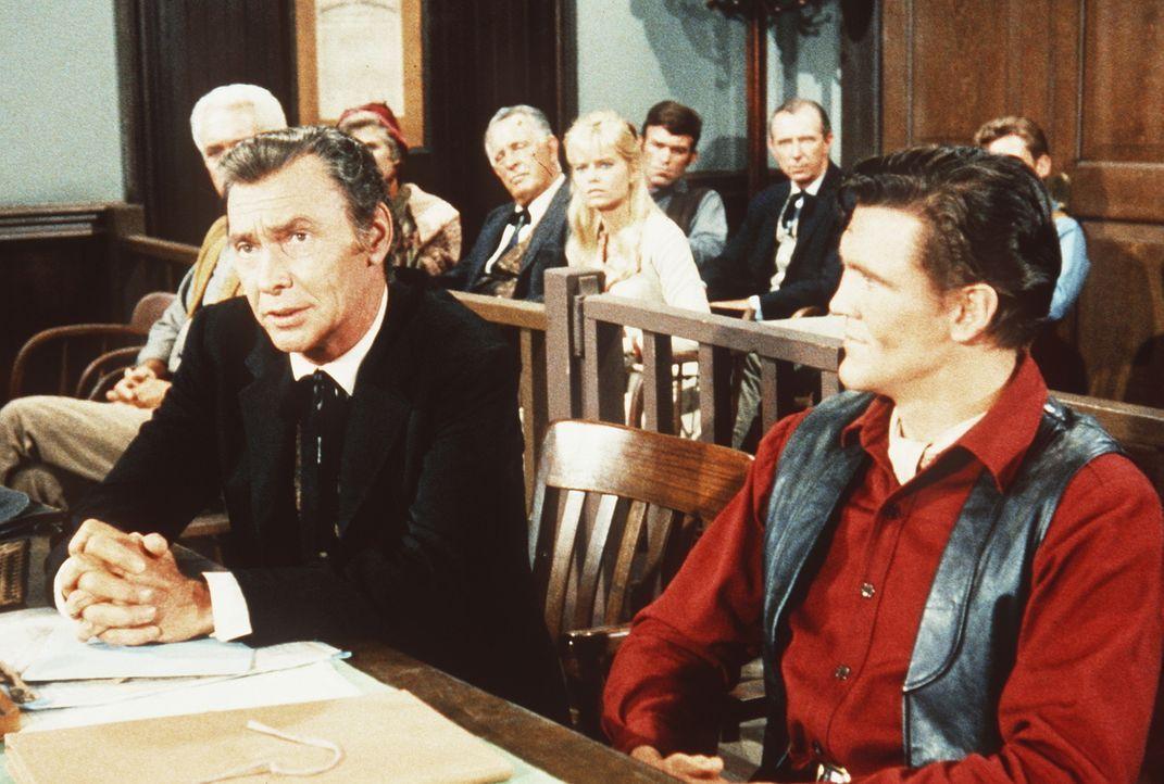 Noch ahnt Candy (David Canary, r.) nicht, dass sein Anwalt Fuller (Barry Sullivan, l.) gegen ihn arbeitet. - Bildquelle: Paramount Pictures