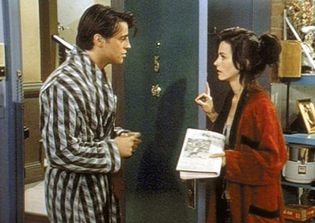 Joey (Matt LeBlanc, l.) bittet Monica (Courteney Cox, r.) am Tag seines Filmauftritts um ihre Hilfe. Er soll Al Pacinos Hintern doubeln. - Bildquelle: TM+  2000 WARNER BROS.