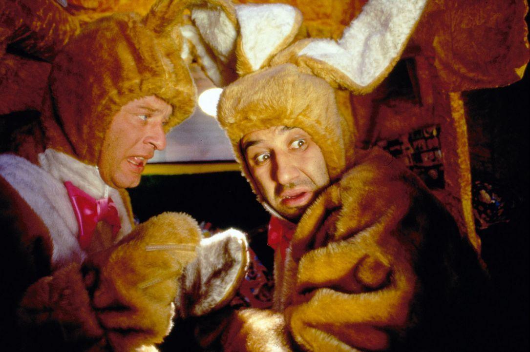 Tommie (Tom Gerhardt, l.) und Mario (Hilmi Sözer, r.) haben eine neue Anstellung als Osterhasen gefunden. - Bildquelle: Constantin Film