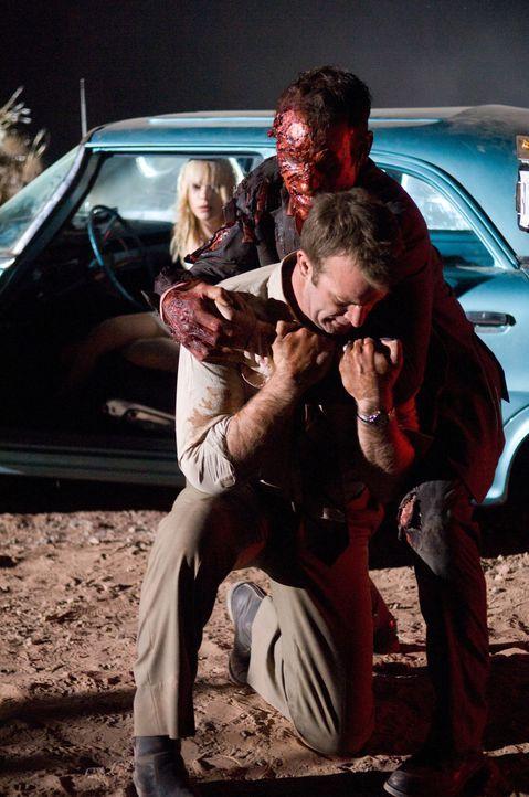 Kaum holt Dick (Thomas Jane, l.) den schwerverletzten Anhalter (Con Schell, r.) ins Auto, da rastet dieser auch schon aus und versucht alles, um die... - Bildquelle: Sony 2010 CPT Holdings, Inc.  All Rights Reserved.