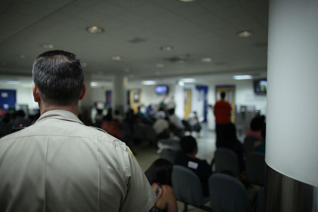 Der Warteraum des Clark County Detention Centers ist oft sehr voll ... - Bildquelle: James Peterson Part2 Pictures