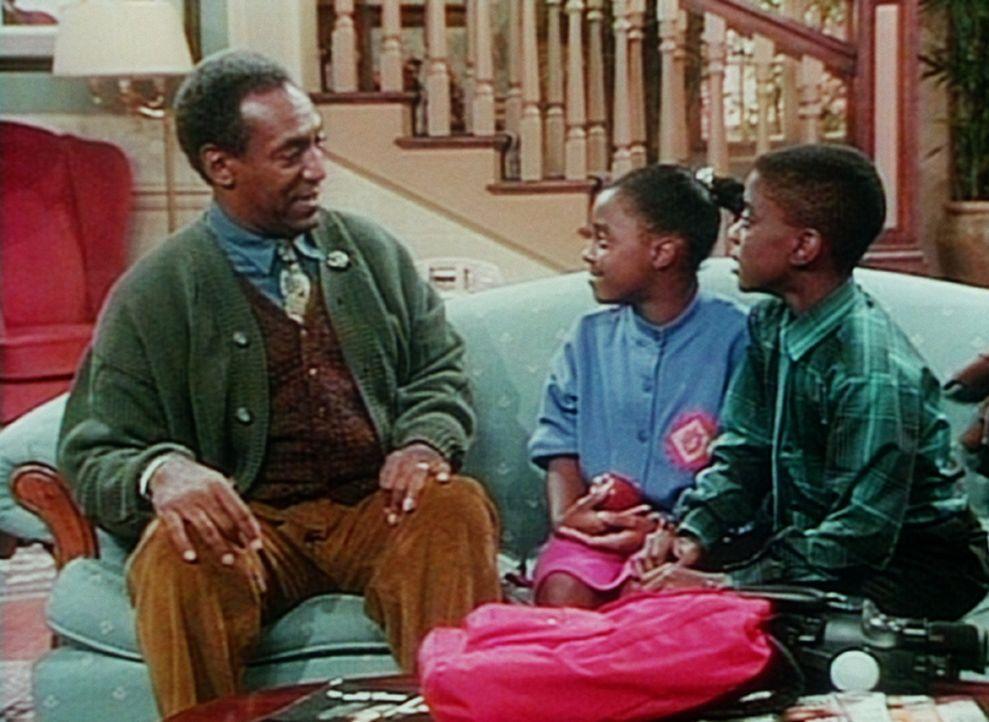 Cliff (Bill Cosby, l.) ist skeptisch, ob das Video, dass Rudy (Keshia Knight Pulliam, M.) und Kenny (Deon Richmond, r.) gedreht haben, auch wirklich... - Bildquelle: Viacom