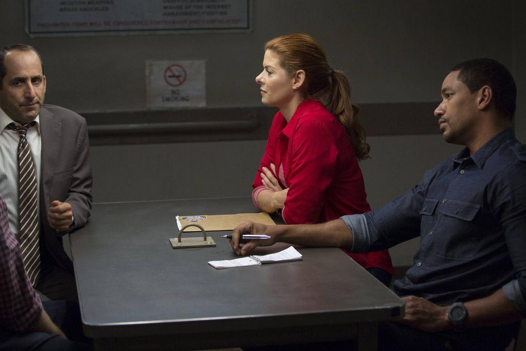 Als ein älteres Ehepaar tot aufgefunden wird, müssen Laura (Debra Messing, M.) und Billy (Laz Alonso, r.) herausfinden, ob der Anwalt der beiden, Ru... - Bildquelle: Warner Bros. Entertainment, Inc.