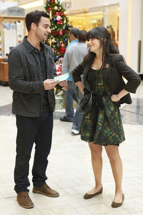 Gemeinsam mit Nick (Jake M. Johnson, l.) macht sich Jess (Zooey Deschanel, r.) auf, um das richtige Weihnachtsgeschenk für Paul zu finden. Doch wir... - Bildquelle: 20th Century Fox