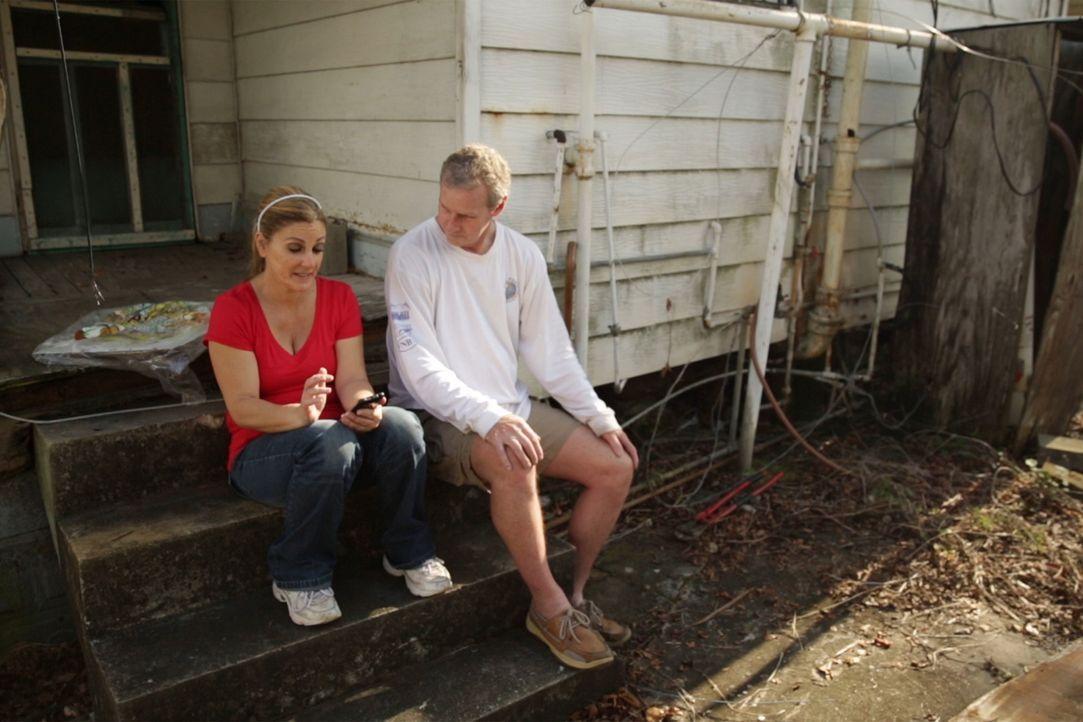 Brauchen vor dem Umbau eine kleine Verschnaufpause: Maria (l.) und Andy (r.) ... - Bildquelle: 2014, DIY Network's/Scripps Network's, LLC.