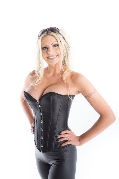 Lolly liebt den Pamela Anderson Look der 90er Jahre - doch nicht nur ist dieser Stil nicht mehr zeitgemäß, er verleiht ihr auch ein unseriöses Auftr... - Bildquelle: Licensed by Fremantle Media Enterprises Ltd.