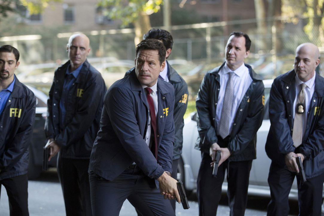 Liam (Josh Hopkins, vorne) und seine Leute versuchen alles, um Alex zu fassen. Doch diese ist gewillt, ihre Unschuld zu beweisen, und den wahren Ter... - Bildquelle: 2015 ABC Studios