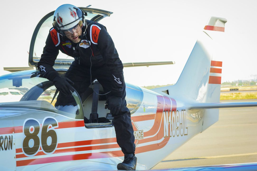 McGarrett (Alex O'Loughlin) gibt sich als Pilot aus, um der Ursache eines tödlichen Absturzes bei einer Flugshow auf den Grund zu gehen und stößt da... - Bildquelle: Norman Shapiro 2017 CBS Broadcasting Inc. All Rights Reserved.