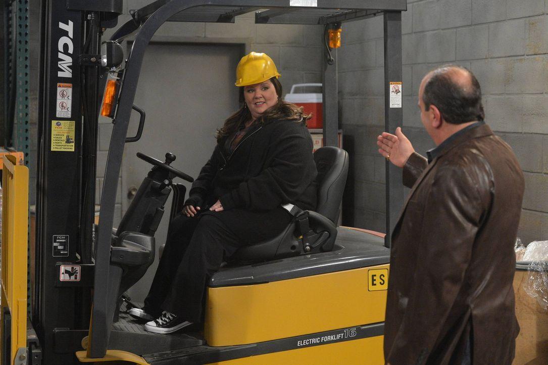 Nachdem Molly (Melissa McCarthy, l.) beschlossen hat, sich eine Pause von der Schriftstellerei zu genehmigen, nimmt sie eine Stelle als Gabelstapler... - Bildquelle: Warner Brothers