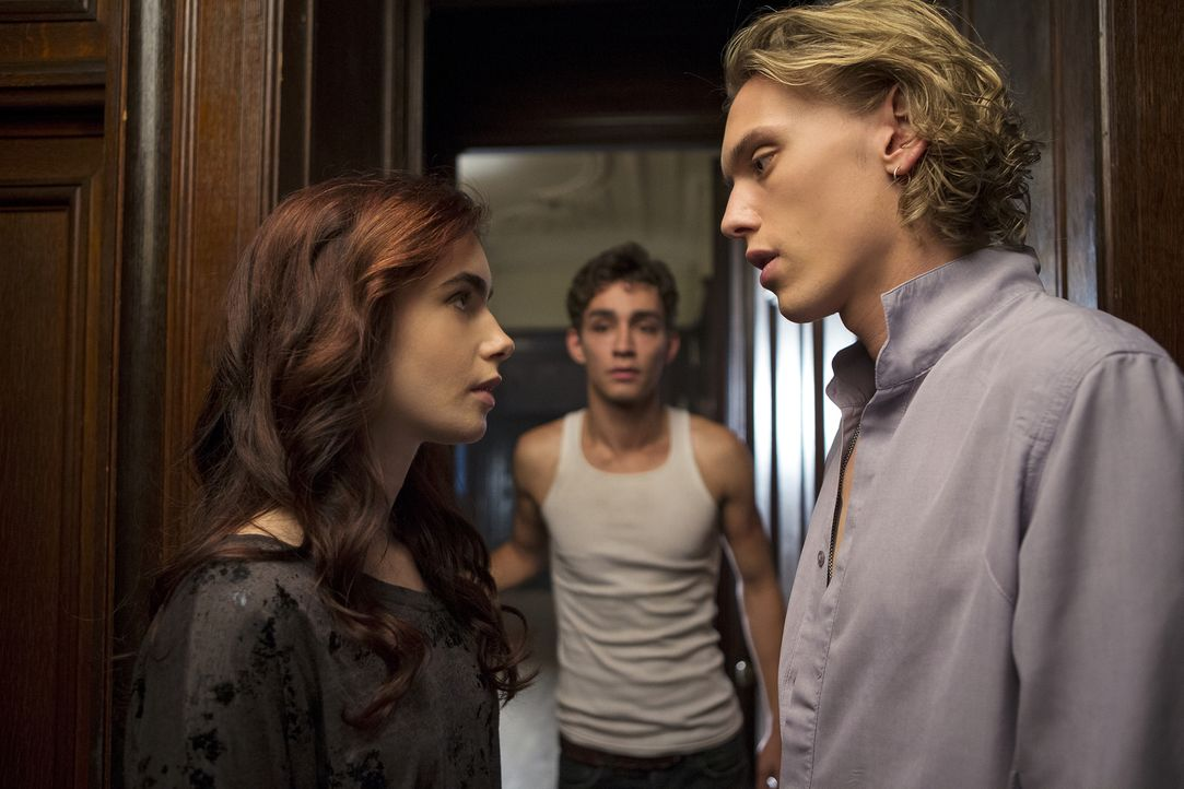 Simon (Robert Sheehan, hinten) ist gar nicht begeistert, dass seine beste Freundin Clary (Lily Collins, l.) plötzlich die ganze Zeit mit dem arrogan... - Bildquelle: 2013 Constantin Film Verleih GmbH.