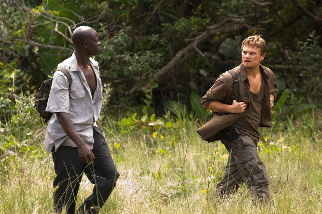 Auf der Flucht vor brutalen Rebellen: Danny Archer (Leonardo DiCaprio, r.) und Solomon Vandy (Djimon Hounsou, l.) ... - Bildquelle: Warner Bros.