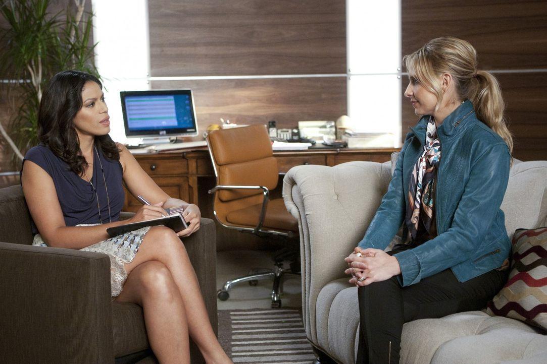 Bridget (Sarah Michelle Gellar, r.) sucht Dr. Morris (Merle Dandridge, l.), eine Psychiaterin auf, bei der Siobhan offenbar in Behandlung war. Ansch... - Bildquelle: 2011 THE CW NETWORK, LLC. ALL RIGHTS RESERVED