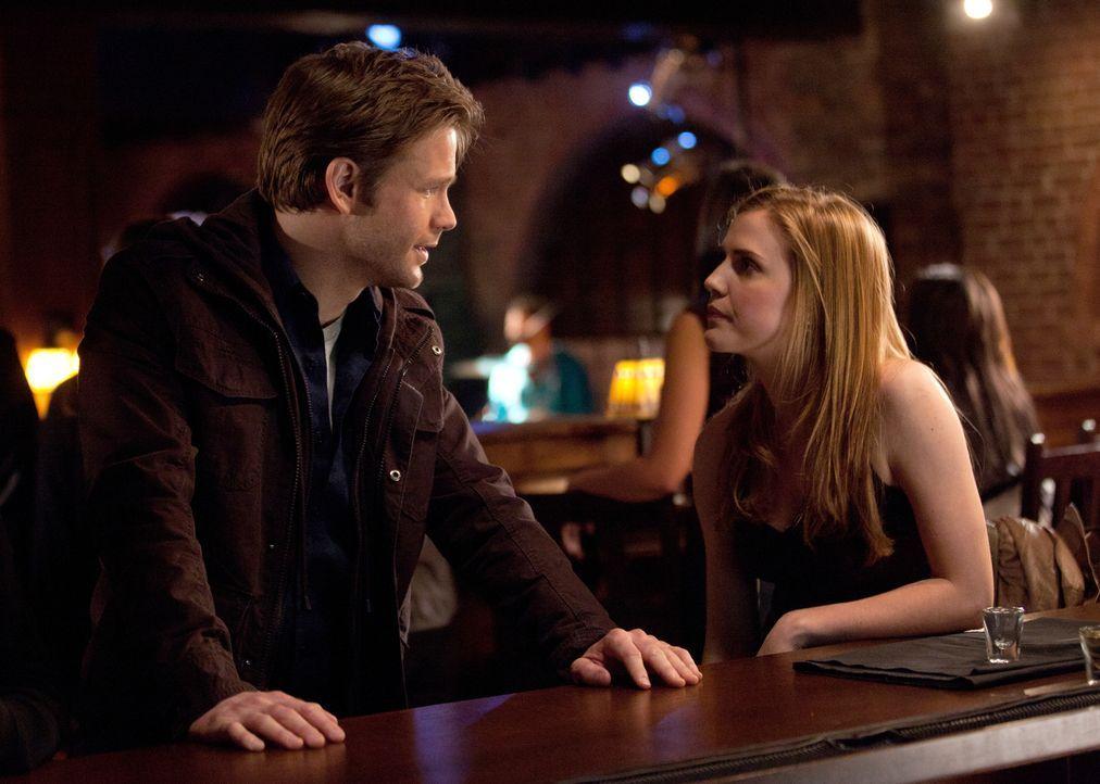 Zwischen Jenna (Sara Canning, r.) und Alaric (Matthew Davis, l.) sind noch viele Dinge ungeklärt. - Bildquelle: Warner Brothers