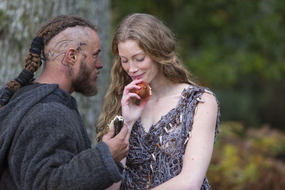 Kann Ragnar (Travis Fimmel, l.) der rätselhaften Aslaug (Alyssa Sutherland, r.) vertrauen? - Bildquelle: 2013 TM TELEVISION PRODUCTIONS LIMITED/T5 VIKINGS PRODUCTIONS INC. ALL RIGHTS RESERVED.