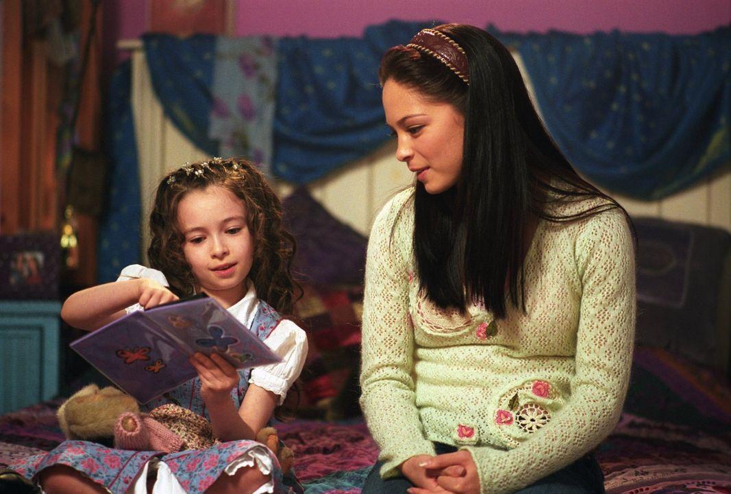 Lana (Kristin Kreuk, r.) glaubt einen Geist zu sehen, als sie einem kleinen Mädchen gegenüber steht, dass ihrer vor Jahren verstorbenen Freundin Emi... - Bildquelle: Warner Bros.