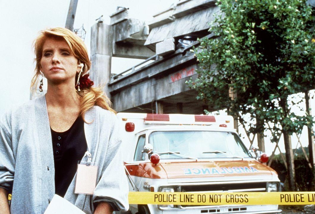 Die Reporterin Nan Callahan (Suki Kaiser) berichtet von dem Ort des Schreckens: der Interstate-880  ... - Bildquelle: Columbia Pictures Television