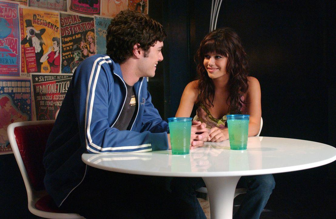 Seth (Adam Brody, l.) macht Summer (Rachel Bilson, r.) während des Konzerts klar, dass er ihr die Karten wirklich nur geschenkt hat, um seine Selbs... - Bildquelle: Warner Bros. Television
