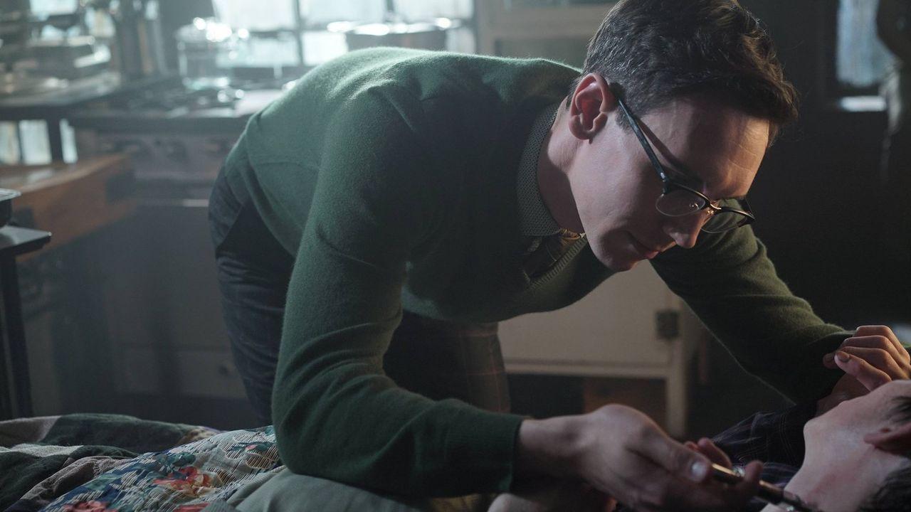 Penguin (Robin Lord Taylor, r.) kommt in Edward (Cory Michael Smith, l.) Wohnung wieder zu Bewusstsein, wo sich Nygma um seine Wunden kümmert. Doch... - Bildquelle: Warner Brothers
