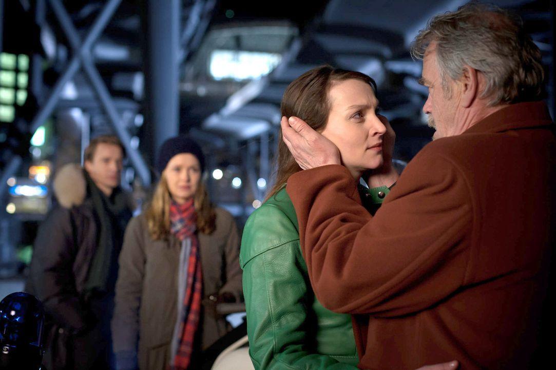 Haben den Wettlauf mit der Zeit gewonnen: David (Max von Pufendorf, l.) und Nina (Stefanie Stappenbeck, 2.v.l.), die Tochter (Jana Klinge, 2.v.r.) u... - Bildquelle: Conny Klein SAT.1