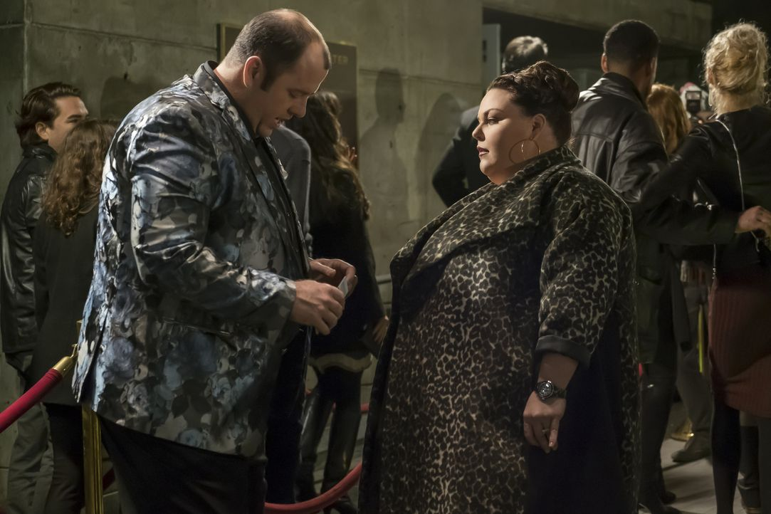 Erfahren neue Geheimnisse voneinander, während Kevin wegen seines Stückes angespannt ist: Toby (Chris Sullivan, l.) und Kate (Chrissy Metz, r.) ... - Bildquelle: Ron Batzdorff 2016-2017 Twentieth Century Fox Film Corporation.  All rights reserved.   2017 NBCUniversal Media, LLC.  All rights reserved.