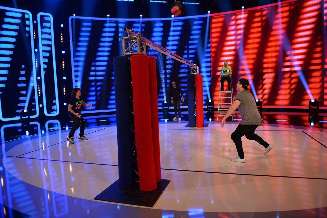 """Musiker gegen Schauspieler: Beim """"Duell der Stars"""" treten Jürgen Drews (l.) und Chris Tall (r.) gegeneinander im Volleyball an. Wer wird das Match m... - Bildquelle: Willi Weber SAT.1"""