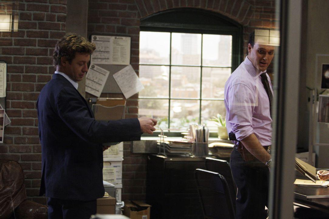 Während Wayne (Owain Yeoman, r.) auf Graces neuen Lover, den Anwalt Dan Hollenbeck, eifersüchtig ist, bekommt Patrick (Simon Baker, l.) eine SMS,... - Bildquelle: Warner Bros. Television