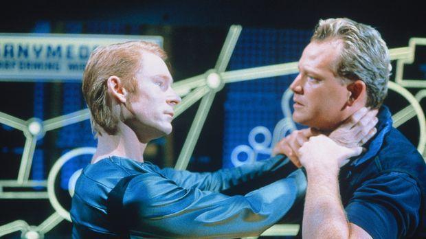 Commander Ellis Grover (Robert Duncan McNeill, r.) will, dass der Android Lin...