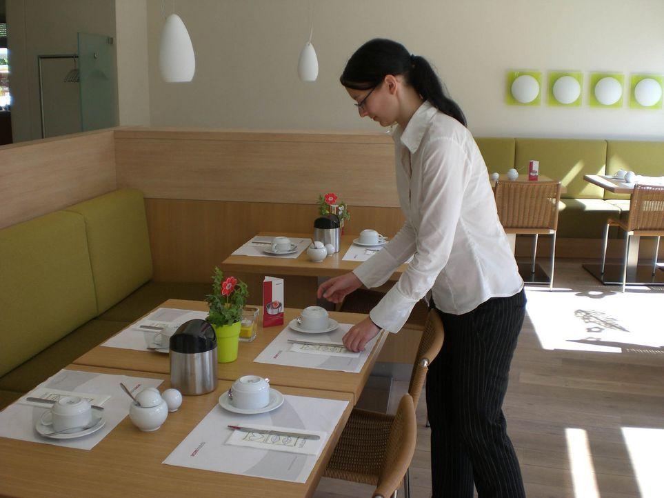 Hotelchef Klaus sucht Verstärkung für sein Team, um den hohen Standard seiner Business-Unterkunft zu wahren. Kathrin (17), Wesam (23) und Stephani... - Bildquelle: ProSieben