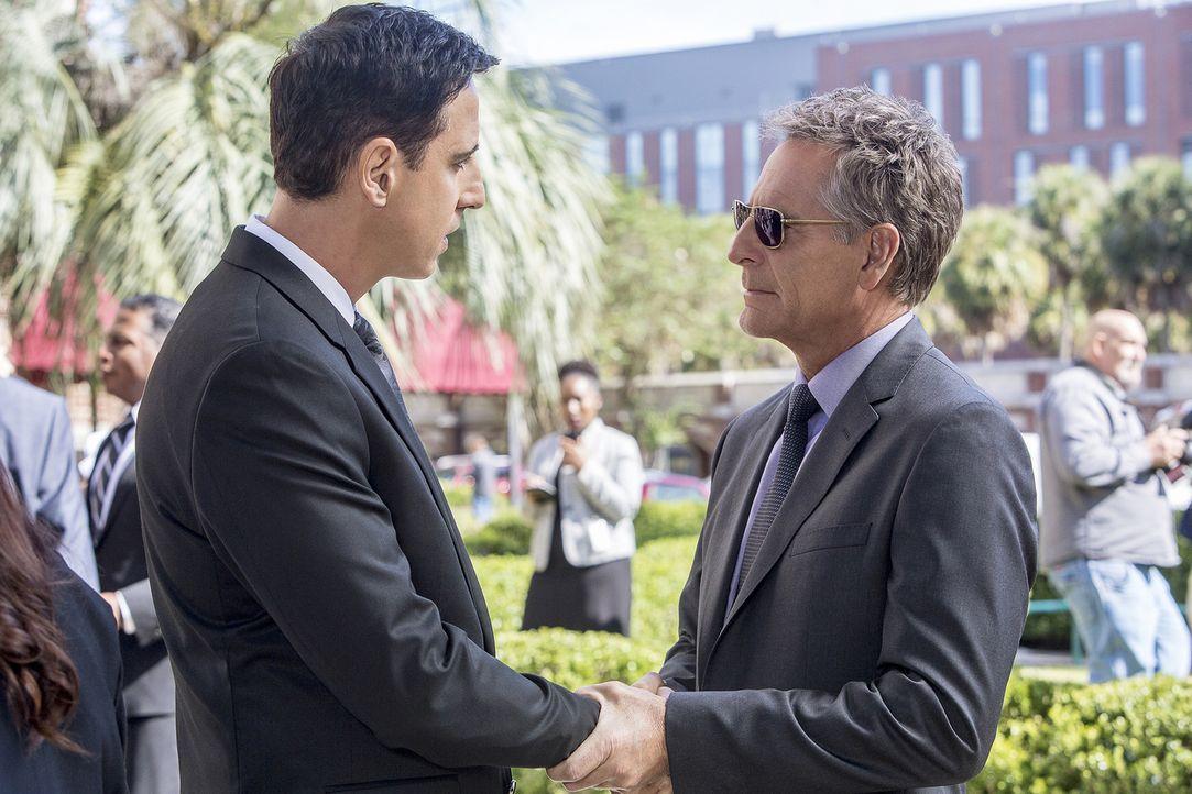 Auf Alisas Beerdigung schwört Pride (Scott Bakula, r.) sich an Garcia (Julian Acosta, l.) zu rächen - koste es, was es wolle ... - Bildquelle: Skip Bolen 2016 CBS Broadcasting, Inc. All Rights Reserved
