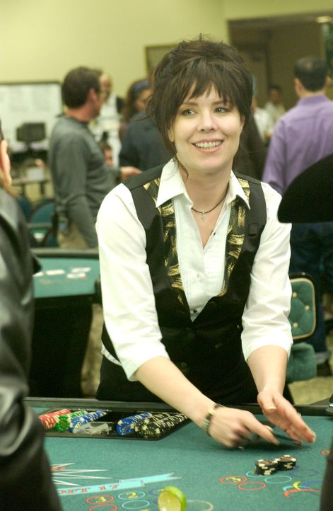 Charlie erhofft sich vom Geber (Annie Duke) im Casino, Hinweise zu seinem neuen Fall zu bekommen ... - Bildquelle: Paramount Network Television
