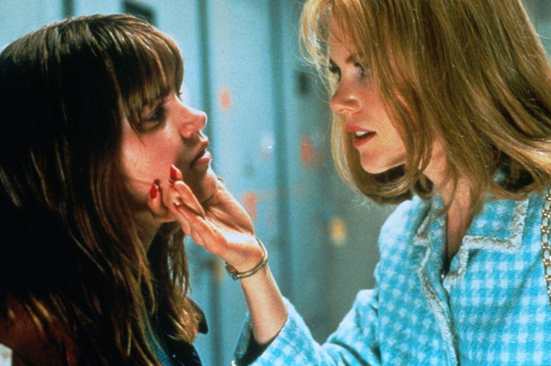 Kämpft mit harten Mitteln: Suzanne Stone (Nicole Kidman, r.) nimmt Lydia (Alison Folland, l.) in die Mangel ... - Bildquelle: Columbia Pictures