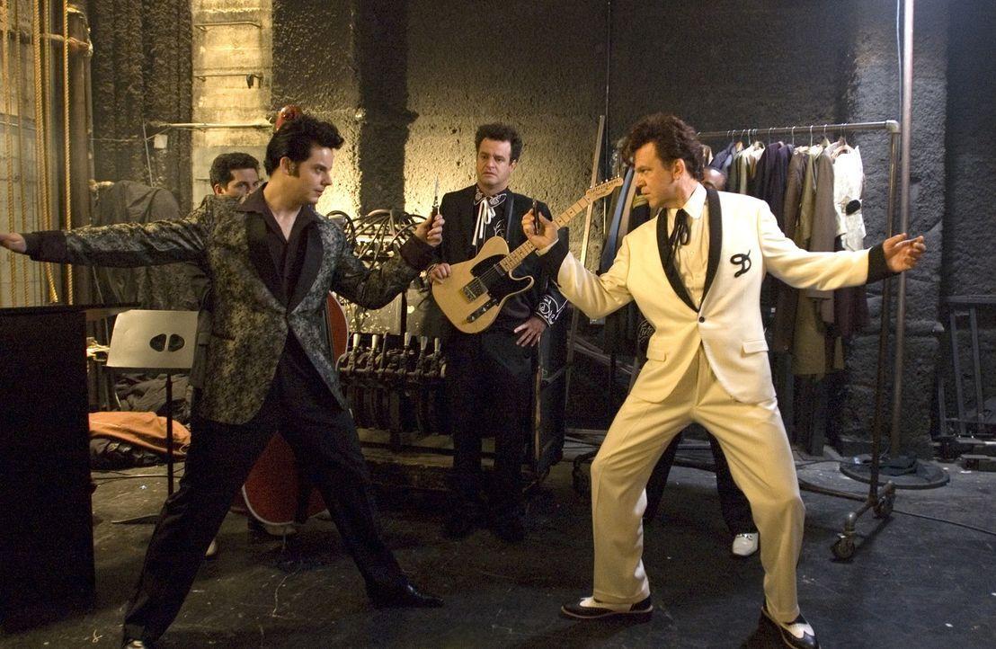 Duell unter Kollegen: Elvis Presley (Jack White, l.) und Dewey Cox (John C. Reilly, r.) haben einen gemeinsamen Auftritt - davon angetan sind die Ko... - Bildquelle: 2007 Columbia Pictures Industries, Inc.  and GH Three LLC. All rights reserved.