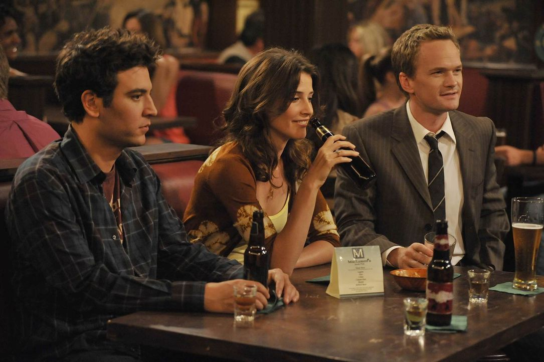Während Barney (Neil Patrick Harris, r.) merkt, dass er sich in Robin (Cobie Smulders, M.) verliebt hat, muss Ted (Josh Radnor, l.) feststellen, das... - Bildquelle: 20th Century Fox International Television