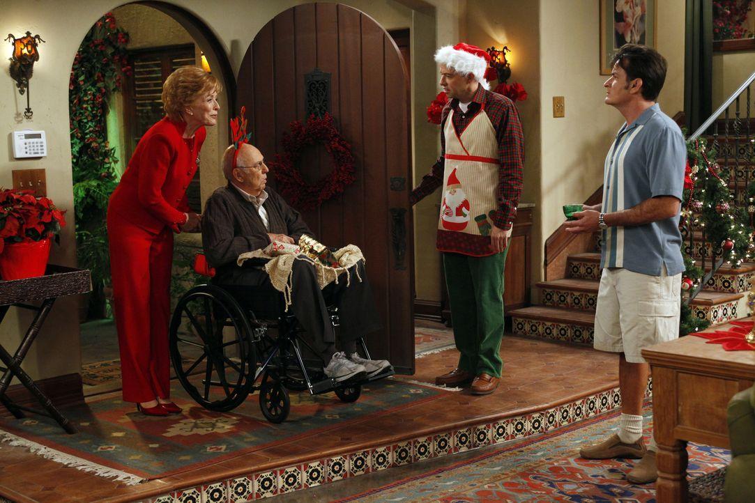 Ein ganz besonderes Fest der Liebe: Evelyn (Holland Taylor, l.), Marty (Carl Reiner, 2.v.l.), Alan (Jon Cryer, 2.v.r.) und Charlie (Charlie Sheen, r... - Bildquelle: Warner Brothers
