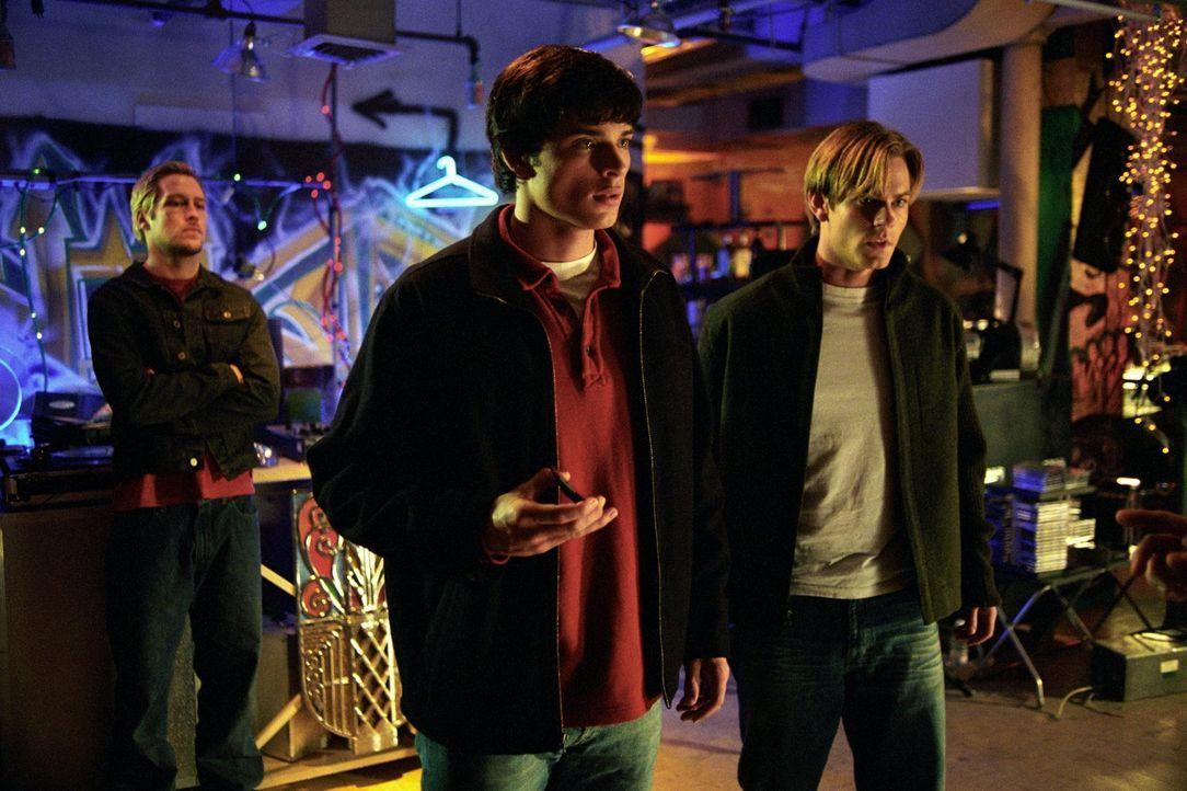 Clark (Tom Welling, l.) entdeckt, dass auch Whitney (Eric Johnson, r.) plötzlich die grüne Tätowierung trägt ... - Bildquelle: Warner Bros.