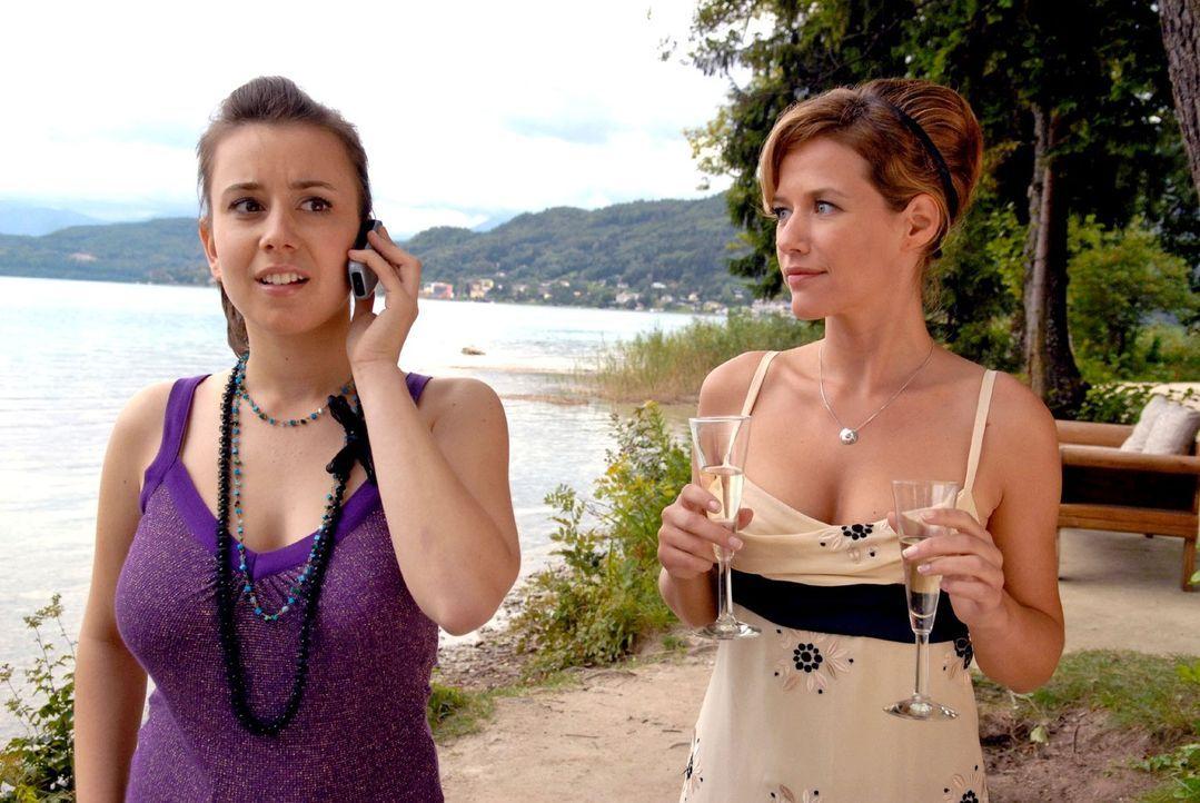 Während Esther (Alexandra Neldel, r.) sich mit Enkelin Barbara (Pippa Galli, l.) gerade vertraut macht, bekommt diese überraschend einen Anruf und v... - Bildquelle: Petro Domenigg Sat.1