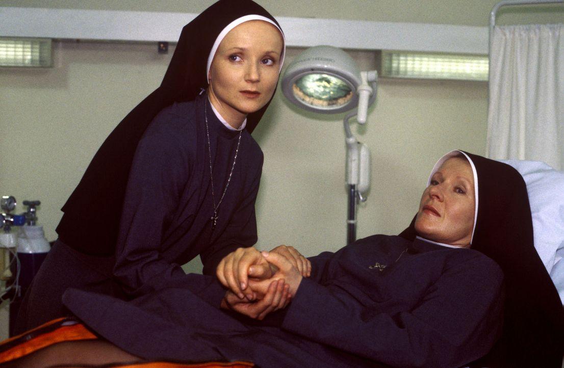 Schwester Barbara (Rosel Zech, r.) kuriert im Krankenhaus einen Arm- und einen Beinbruch aus, die sie sich bei einer Fahrradtour mit ihrer Ordenssch... - Bildquelle: Noreen Flynn Sat.1