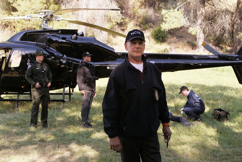 Untersuchen ein Verbrechen: Gibbs (Mark Harmon, vorne), Tony (Michael Weatherly, M.), State Police Sgt. Paul Westgard (Andrew Thacher, l.) und Jimmy... - Bildquelle: CBS Television