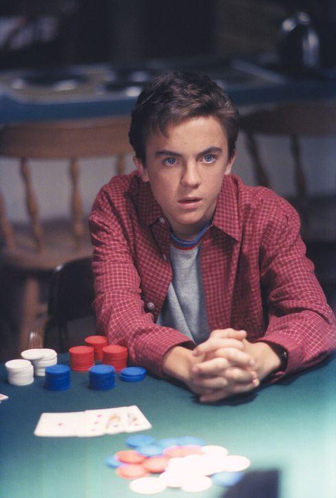 Malcolm (Frankie Muniz) denkt sich eine erfolgversprechende Pokerstrategie aus. - Bildquelle: TM +   2000 Twentieth Century Fox Film Corporation. All Rights Reserved.