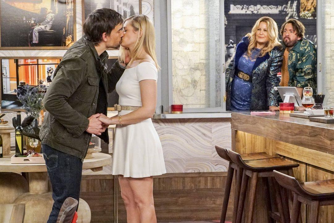 Bobby (Christopher Gorham, l.) und Caroline (Beth Behrs, 2.v.l.) sind überglücklich, doch Sophie (Jennifer Cooldige, 2.v.r.) und Oleg (Jonathan Kite... - Bildquelle: Warner Bros. Television