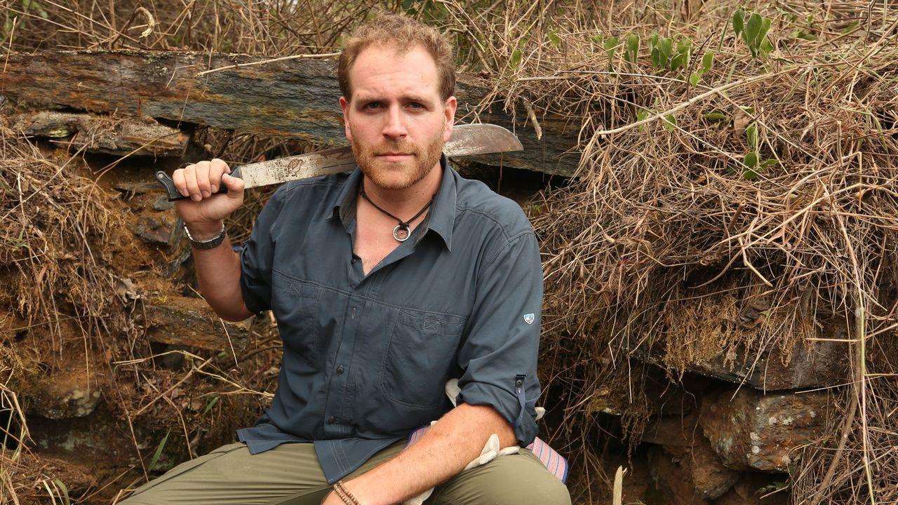 Josh Gates bahnt sich mithilfe einer Machete einen Weg zu verborgenen Ruinen im peruanischen Dschungel. Liefern sie womöglich Hinweise auf den Stand... - Bildquelle: 2015, The Travel Channel, L.L.C. All Rights Reserved.
