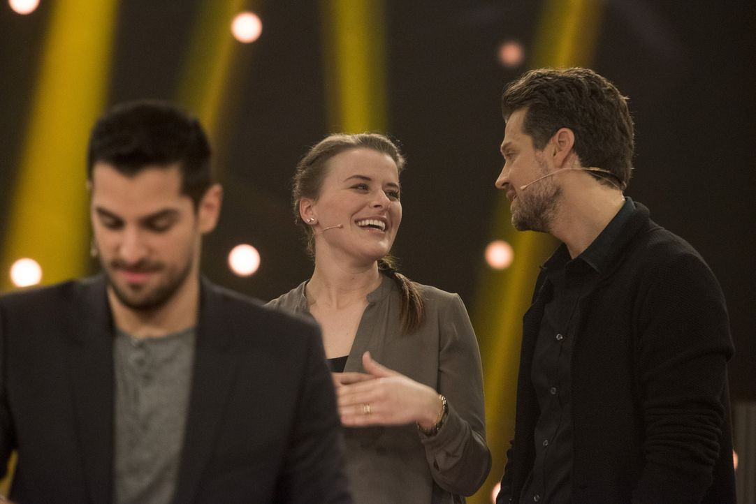 "Zocken in ""Keep Your Money"" mit Wayne Carpendale (r.) um bis zu 250.000 Euro: Sozialarbeiterin Angela Gross-Thebing (M.) und Medizinstudent Sofyen S... - Bildquelle: Martin Rottenkolber SAT.1"