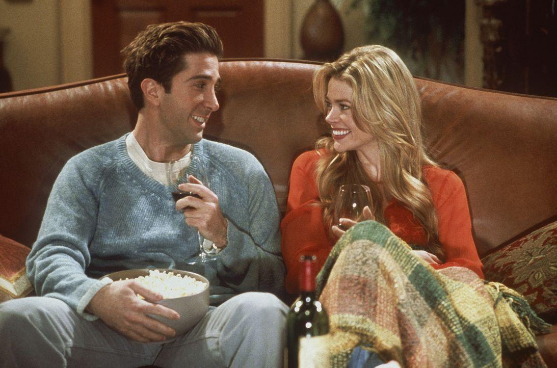 Monica hat Besuch von ihrer jungen und sehr hübschen Cousine Cassie (Denise Richards, r.) . Weil Chandler sie die ganze Zeit anstarrt, sorgt Monica... - Bildquelle: TM+  2000 WARNER BROS.