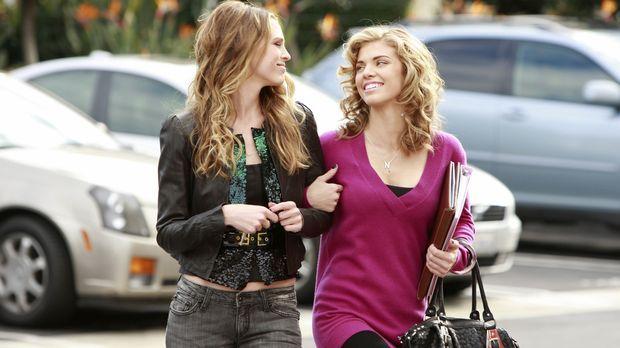 Naomi (AnnaLynne McCord, r.) ist überglücklich: Endlich ist ihre Schwester Je...