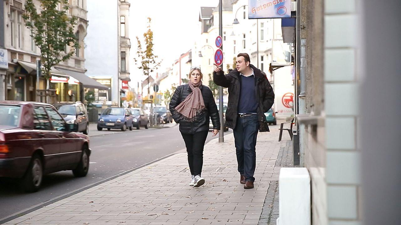 Wie verkaufe ich mein Gold am besten? Reporter Alf Porada (r.) begleitet eine Frau, die das Gold ihres Ex-Mannes verkaufen will ... - Bildquelle: Sat.1 Gold