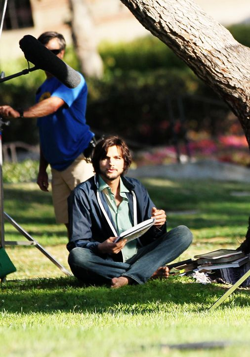 ashton-kutcher-filmset-jobs-12-06-18-07-comjpg 1396 x 1990 - Bildquelle: WENN.com